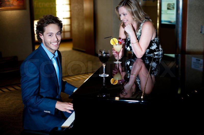 Hầu hết các quán cà phê kinh doanh thất bại không phải vì thức uống dở hay dịch vụ tồi mà là bởi quán không được nhiều người biết đến. Nhân cơ hội này, sao bạn không thử trưng bày một cây đàn piano trong quán như một cách PR cho quán nhỉ? Hãy cùng Okaka Music điểm danh những lợi ích bất ngờ của việc làm đẹp cho quán theo cách này nhé!