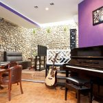 Trưng bày đàn piano cho quán cà phê thêm hút khách