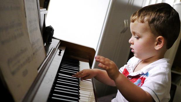 """Căn bệnh thế kỷ của những ông bố bà mẹ thời hiện đại có lẽ là đặt quá nhiều kỳ vọng vào con để rồi biến con thành """"con rối"""" tự lúc nào không hay. Việc cho bé học đàn piano cũng không ngoại lệ. Hãy xem bạn có đang ép trẻ học đàn vì những ước muốn sau đây của chính bạn không nhé!"""