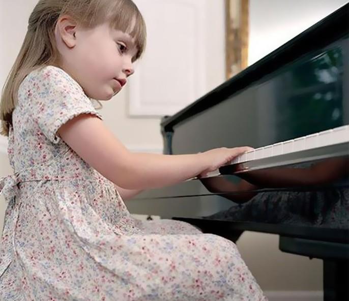 """Chọn mua đàn piano không phải là việc dễ dàng, nhất là với những người mới làm quen với nhạc cụ kén người chơi này. Nếu bạn đang phân vân không biết nên mua piano điện hay piano cơ thì sau đây là những điều bạn nên cân nhắc trước khi đón một """"em"""" piano về """"đội của mình"""