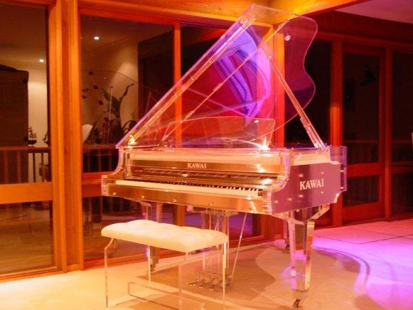 can-canh-nhung-cay-dan-piano-bang-pha-le-noi-tieng-cua-kawai-01