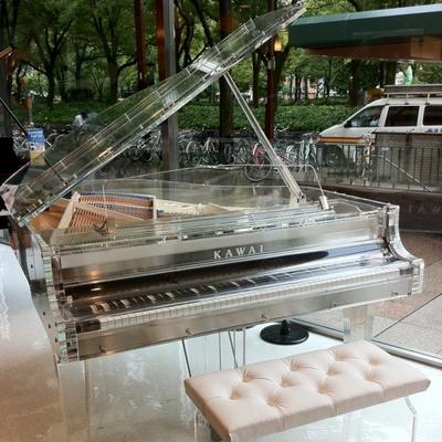 can-canh-nhung-cay-dan-piano-bang-pha-le-noi-tieng-cua-kawai-08