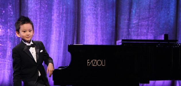 Âm nhạc thường được xem là một món quà. Và món quà ấy sẽ có ý nghĩa hơn rất nhiều khi được chia sẻ. Năm 2013, Ryan Wang, thần đồng piano 5 tuổi đến từ Canada, đã mang đến cho fan hâm mộ lớn tuổi nhất của cậu, cụ bà Dorothy Landry 101 tuổi, một trải nghiệm âm nhạc tuyệt vời khi đàn tặng cụ những khúc biến tấu của bản dân ca Nội Mông