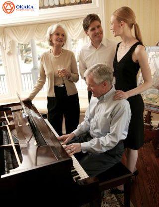 Từ lâu con người đã biết đến lợi ích của âm nhạc, không chỉ đối với trẻ em mà cả với người lớn. Bỏ qua tất cả những e ngại không đáng có, người lớn tuổi học piano vẫn có thể được hưởng những lợi ích tuyệt vời của việc học piano khi đã lớn tuổi. Hãy cùng OKAKA Music điểm danh những lợi ích đó bạn nhé!
