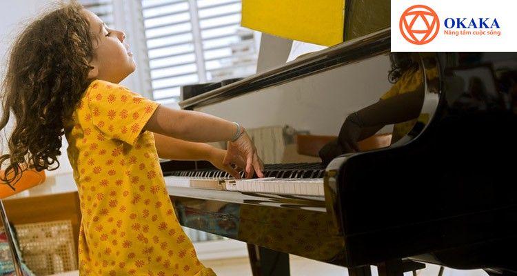 """Rất nhiều người say mê tiếng đàn piano và muốn học hoặc cho con em mình đi học để có thể thưởng thức loại âm nhạc tinh tế, hàn lâm này. Tuy nhiên, vướng ngại đầu tiên và cũng là lớn nhất đối với hầu hết người Việt chính là giá đàn piano. Trăm người hỏi mua đàn piano sẽ có đến 90 người băn khoăn về giá. Đàn piano vẫn được xem là một trong những """"nhạc cụ"""" đắt tiền nhất nhì, do vậy với những người """"tay mơ"""" thì đây thực sự là mối quan tâm hàng đầu của họ."""