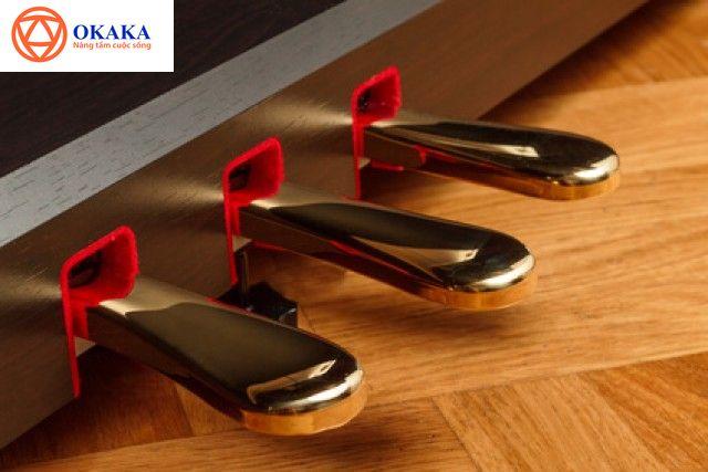 ...Bài viết dưới đây OKAKA sẽ giúp bạn hiểu rõ công dụng của các loại pedal đàn piano và cách giậm pedal đàn piano chuẩn...