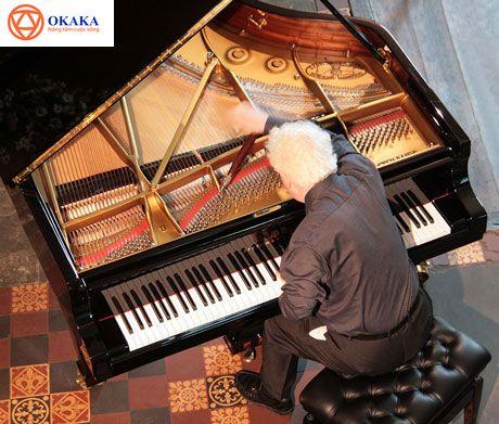 Một trong những vấn đề lớn nhất trong việc bảo dưỡng đàn piano chuyên nghiệp đó chính là lên dây đàn piano sau một thời gian sử dụng. Thực tế, việc này không hề đơn giản, vì nếu lên dây piano không đúng cách sẽ dễ phá hỏng cấu trúc của đàn. Bài viết dưới đây OKAKA Music sẽ giới thiệu những thông tin cần thiết xung quanh việc lên dây đàn piano và tại sao nhiều khách hàng lại tin chọn OKAKA Music trong việc cung cấp dịch vụ chỉnh dây đàn piano.