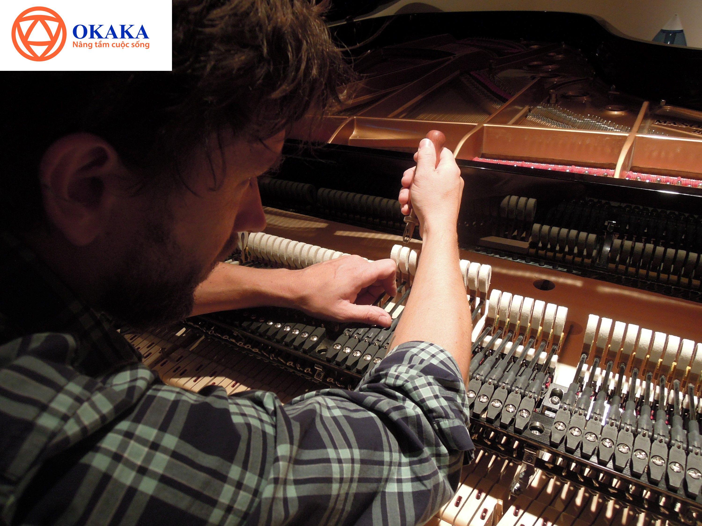 """Xuất xứ đàn piano thì cũng """"muôn hình vạn trạng"""" như chính chủng loại của nó. Ngày nay có rất nhiều thương hiệu đến từ các châu lục khác nhau tham gia vào việc sản xuất đàn piano. Người chơi đàn piano nên tìm hiểu nơi sản xuất đàn piano để có thêm nhiều kiến thức bổ ích cũng như chọn được cây đàn ưng ý và phù hợp với phong cách chơi của mình nhất. Trong bài viết này OKAKA sẽ giúp bạn tìm hiểu những thông tin sơ bộ, tổng quan về xuất xứ đàn piano."""
