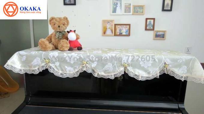 Rất nhiều người Việt Nam xem nhẹ việc trang bị khăn phủ đàn piano vì nghĩ rằng chúng không cần thiết. Nếu cũng thường không có thói quen sử dụng khăn phủ đàn piano, hoặc chỉ sử dụng một thời gian rồi phớt lờ đi thì có lẽ bạn nên suy nghĩ lại!