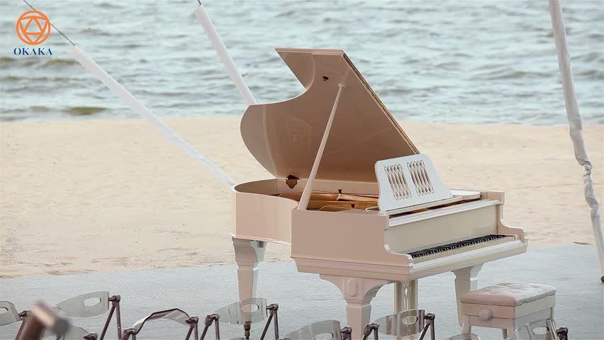 Hỏi: Chào OKAKA, tôi là Nam (ở Phan Thiết). Tôi sẽ kết hôn vào năm tới và hai chúng tôi đều thích chơi piano. Đám cưới của tôi dự định diễn ra ở bãi biển, bên cạnh tiếng sóng vỗ rì rào và tôi đang cố gắng thu xếp để thuê được một cây piano cơ phù hợp. Tôi có một vài câu hỏi về thuê đàn piano cho đám cưới muốn nhờ OKAKA tư vấn: