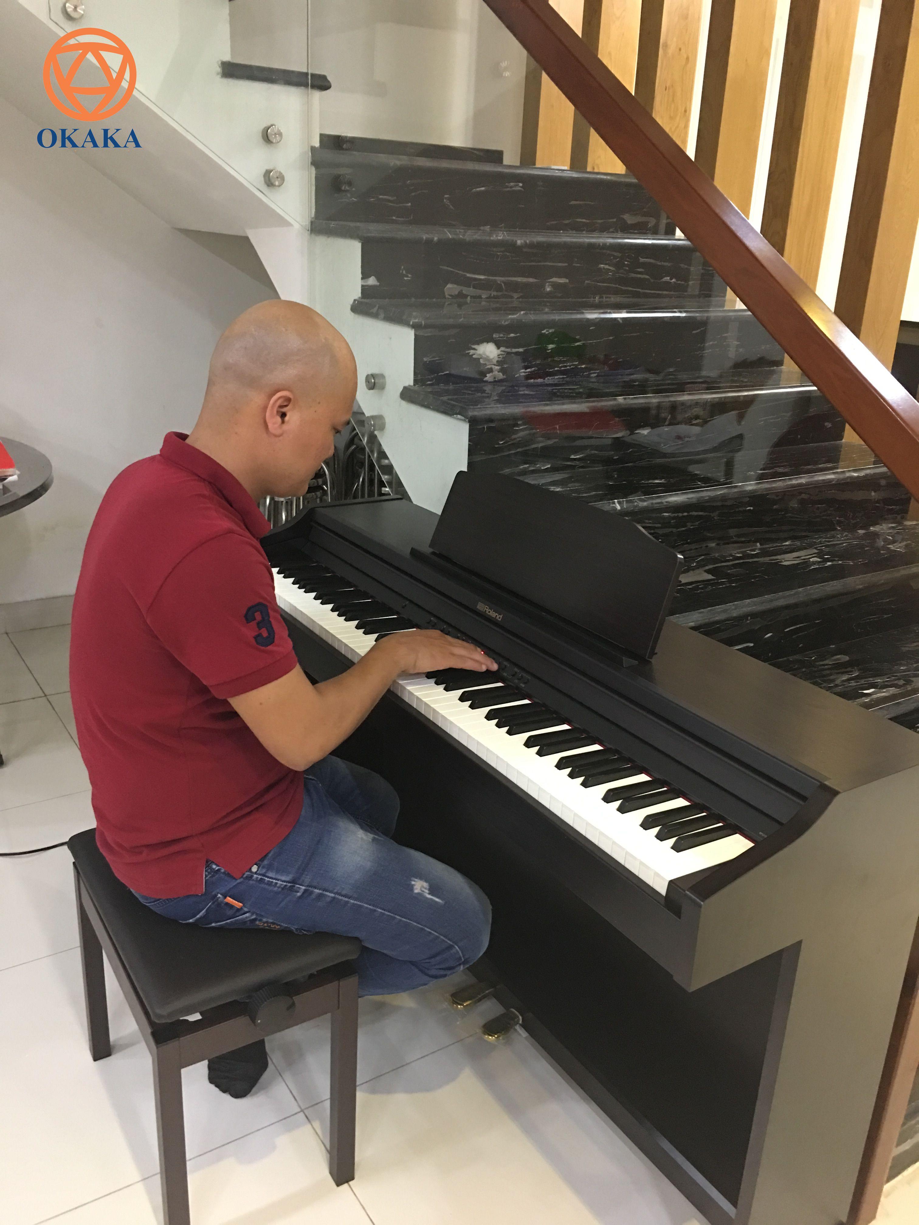 Đàn piano điện Roland RP-501R với hai màu đen trắng để bạn chọn cung cấp rất nhiều tính năng vượt trội, mang lại âm thanh tuyệt vời ở một mức giá rất hợp lý. Cùng OKAKA điểm danh xem model này có gì hấp dẫn bằng cách đọc bài review đàn piano điện Roland RP-501R sau nhé!