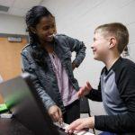 """Trẻ tự kỷ rất thích lý thuyết âm nhạc và âm thanh của cây đàn piano. Chúng có thể """"kết nối"""" với cây đàn piano ở những cấp độ mà chúng ta thấy khó hiểu. Piano cũng làm dịu chúng xuống, đây là một điểm cộng lớn khiến nhiều phụ huynh lựa chọn đàn piano cho bé. Tuy nhiên, có những điều bạn cần lưu ý khi dạy trẻ tự kỷ học đàn piano."""