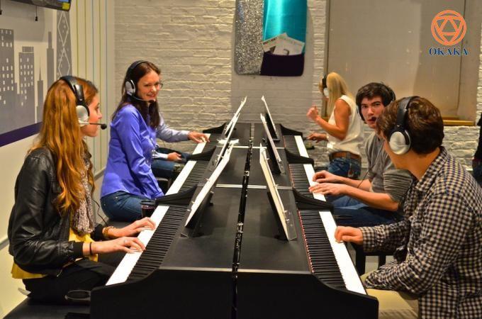 Học chơi piano bằng cách sử dụng tai nghe là một quá trình độc đáo mà bạn có thể hoàn thành với những cây đàn piano điện. Đây là một cách học chơi đàn piano mới, mang đến cho bạn một số kỹ thuật để thưởng thức tiếng đàn piano mà không làm phiền những người xung quanh như với nhạc cụ truyền thống. Hãy xem xét các lợi ích được liệt kê dưới đây, và bạn sẽ thấy học chơi đàn piano bằng tai nghe khiến mọi thứ đơn giản hơn rất nhiều.