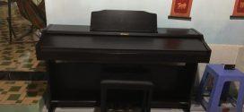 Đằng sau giá đàn piano điện Roland RP-302…
