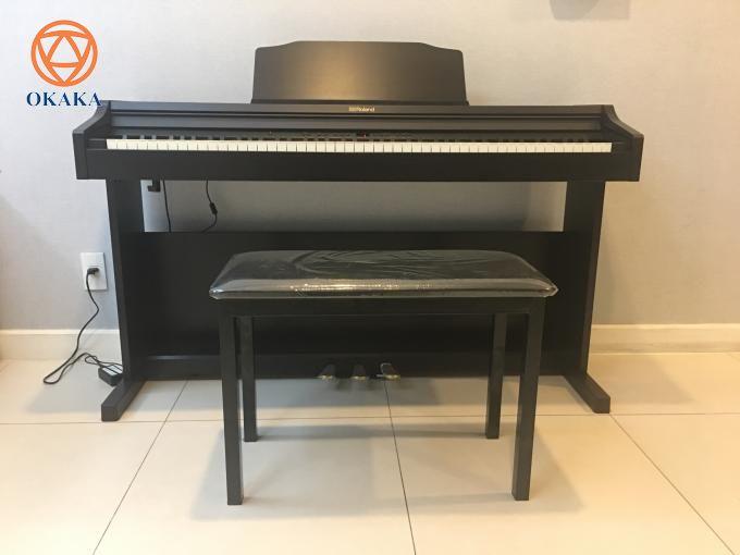 """Đã qua rồi cái thời """"mua đứt bán đoạn"""", mỗi khách hàng mua đàn piano hay bất kỳ nhạc cụ nào ở OKAKA bây giờ đều thực sự là người bạn thân thiết của OKAKA. Vậy bạn có muốn biết đằng sau giá đàn piano điện Roland RP-302 là gì không?"""