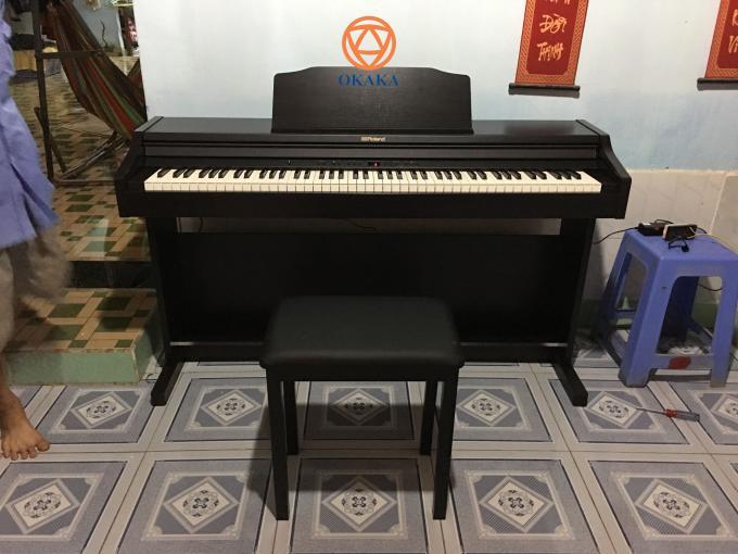 Với kiểu dáng nhỏ gọn và sang trọng, đàn piano điện Roland RP-302 mang lại âm thanh đặc trưng của Roland, cho người chơi trải nghiệm cảm giác chơi grand piano chân thực ngay trên một cây đàn piano điện có giá phải chăng.