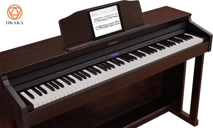 """Đàn piano điện Roland HP-601 xuất hiện muộn hơn các mẫu HP-603 và HP-605 và có giá rẻ hơn một chút. Nhìn vào bảng thông số kỹ thuật, bạn sẽ thấy HP-601 gần giống với 2 model """"đàn anh"""", tuy nhiên, vẫn có sự khác biệt tinh tế giữa các model này. Để biết sự khác biệt đó cụ thể như thế nào, mời bạn đọc bài so sánh sau."""