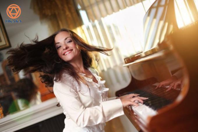 """Trong hành trình mang âm nhạc đến mọi nhà, OKAKA có cơ hội tiếp cận với nhiều khách hàng yêu thích đàn piano từ nhỏ nhưng không có điều kiện học hay vì lý do gì đó mà ghét cay ghét đắng bộ môn """"khó nuốt"""" này. Mãi đến bây giờ khi công việc và cuộc sống đã ổn định hơn, họ mới có thể thắp lại đam mê chơi đàn piano thuở bé. OKAKA xin gửi tặng bài viết này như một sự cổ vũ để họ vững tâm với quyết định học đàn piano trở lại..."""