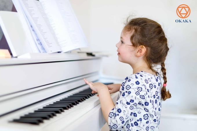 Học chơi đàn piano điện có khả năng kích thích, gây hưng phấn và truyền cảm hứng, cho dù bạn đang chơi bản Scherzos của Chopin hay khúc dạo đầu Clocks của Coldplay. Hãy cùng OKAKA điểm danh những lợi ích thiết thực của việc học đàn piano điện trong bài viết này nhé!